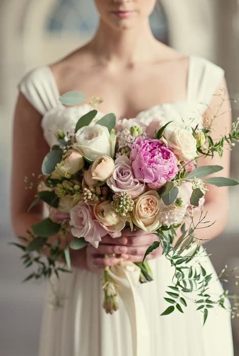 Ramon de novia tipo bouquet con rosas de diferentes colores