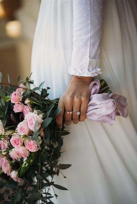 Ramo de novia con rosas pitiminí decorado con lazo de raso