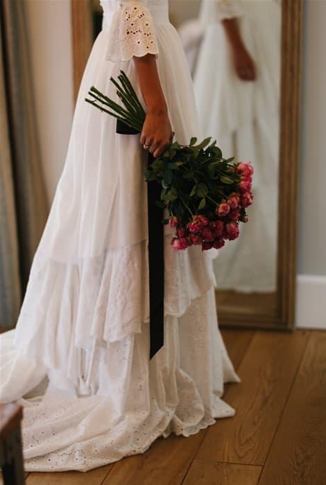 Ramo de novia con rosas y tallo largo