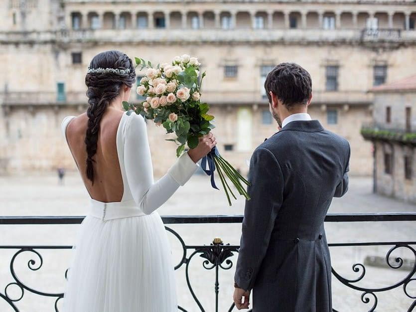 Ramo de novia con rosas de tallo largo adornado con lazo de terciopelo azul