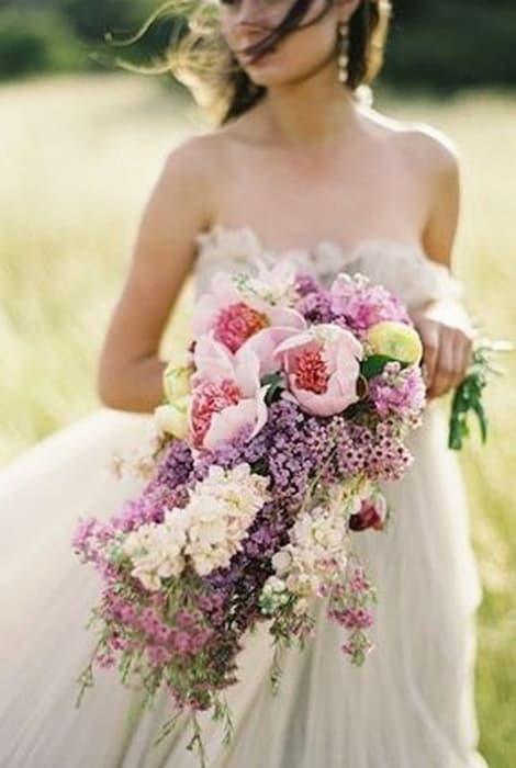 Ramo de novia en cascada de estilo romántico