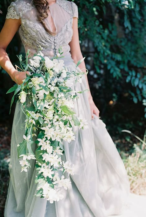 Ramo de novia en cascada con flores blancas