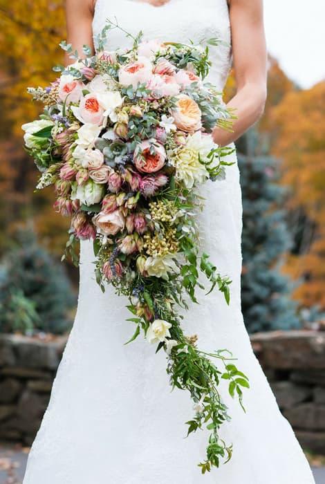 Ramo de novia en cascada elegante