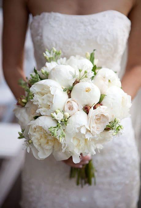 Bouquet de novia con peonias blancas