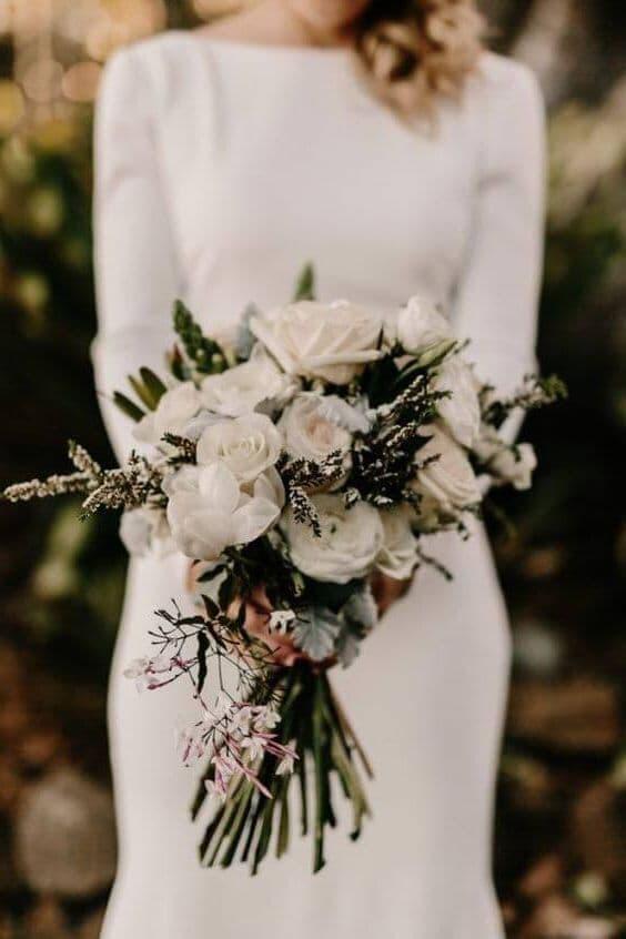 Ramo de novia con rosas blancas y tallo largo