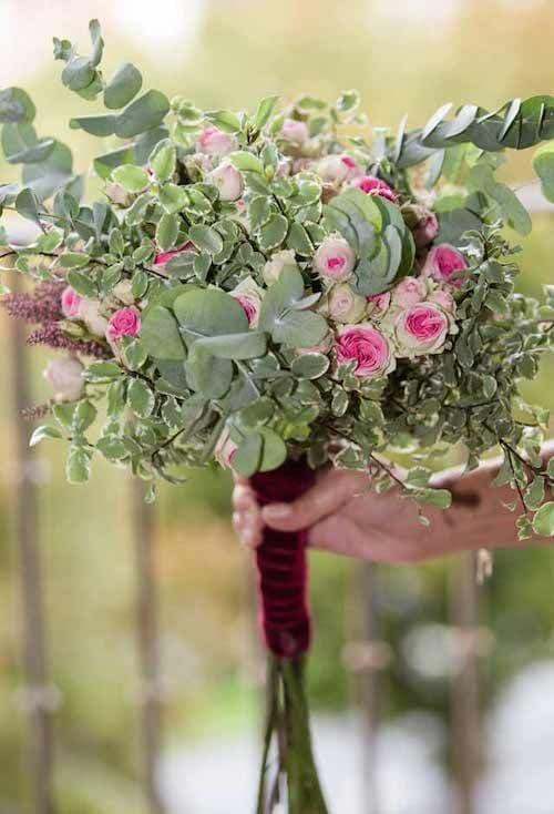 Ramo de novia de invierno con rosas pitiminí