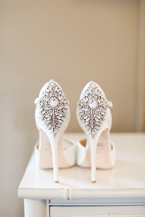 Zapatos de novia con encanto, el talón adornado