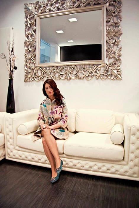 Montse Arias diseñadora en su atelier