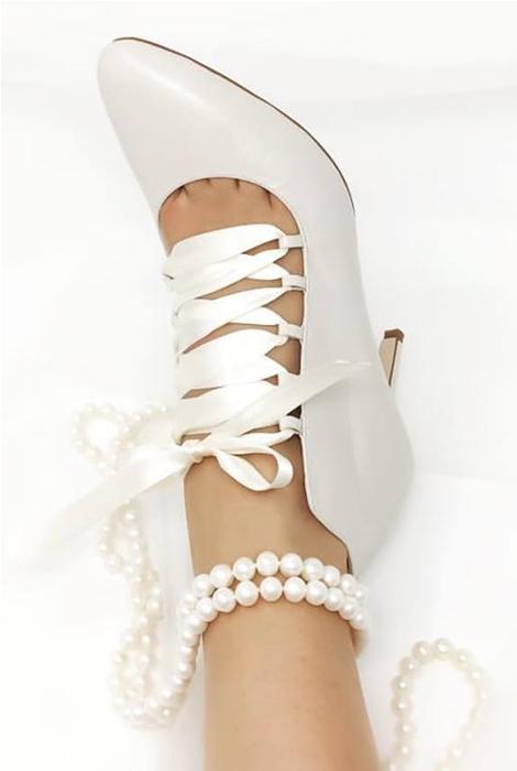 Patricia Rosales, zapato de novia con lazo blanco