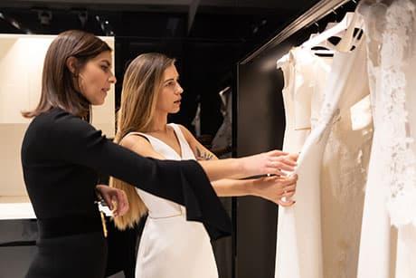 Silvia Fernández enseñando un vestido a una novia