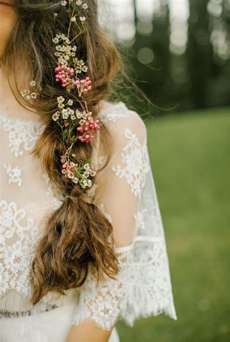 Peinado de novia salpicado con flores