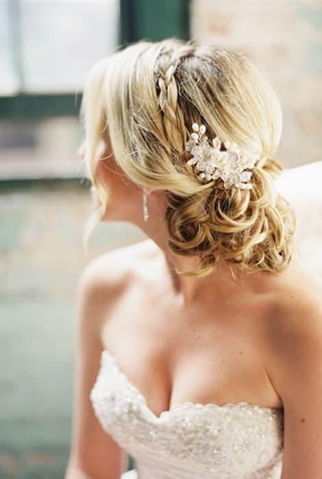 Peinado de novia con trenza semirecogida