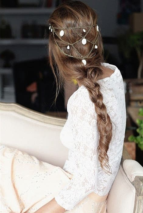 Peinado de novia con trrenza y una pequeña diadema