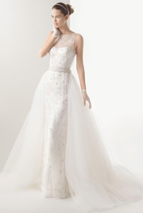 Vestido de novia de color blanco con cola desmontable