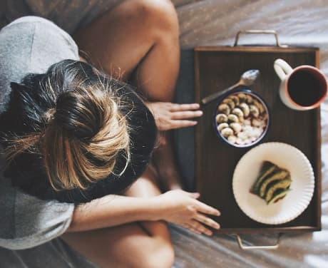 Novia tomándose un desayuno
