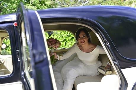 Novia saliendo de un coche de boda