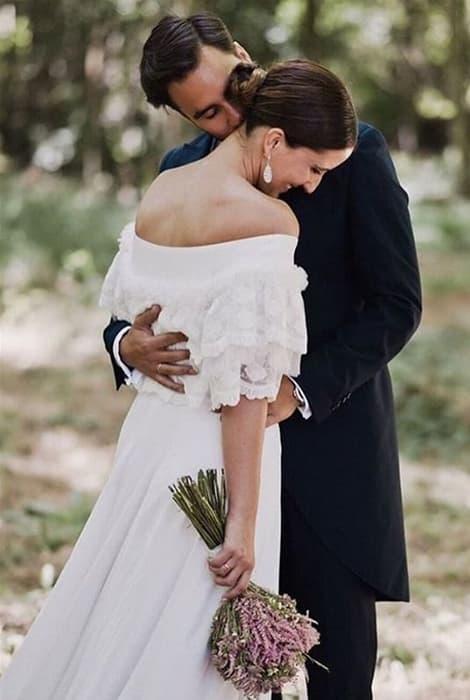 Vestido de novia con escote de hombros caídos