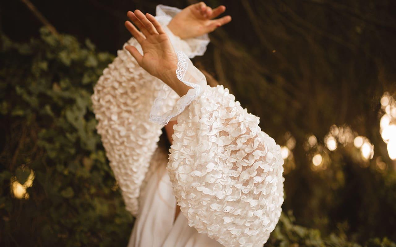 Detalle de las mangas de la bata de novia de Soraya Cabral