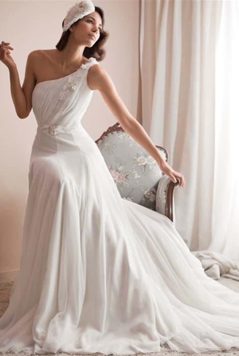 Tipos de escote en un vestido de novia: el asimétrico by Franco Quintáns