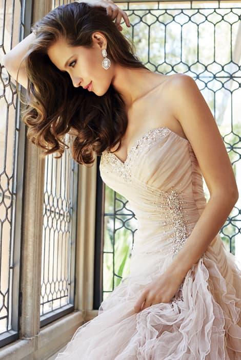 Vestido de novia con escote corazón by Sophia Tolli