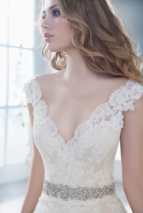Vestido de novia con escote en pico by Alvina Valenta