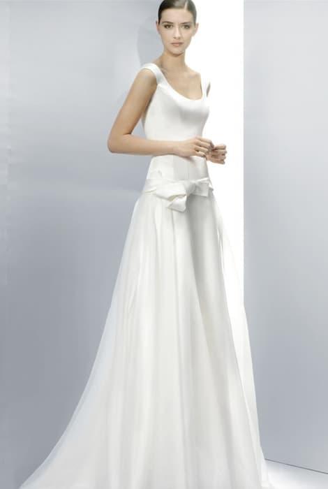 Vestido de novia con escote redondo by Jesús Peiró