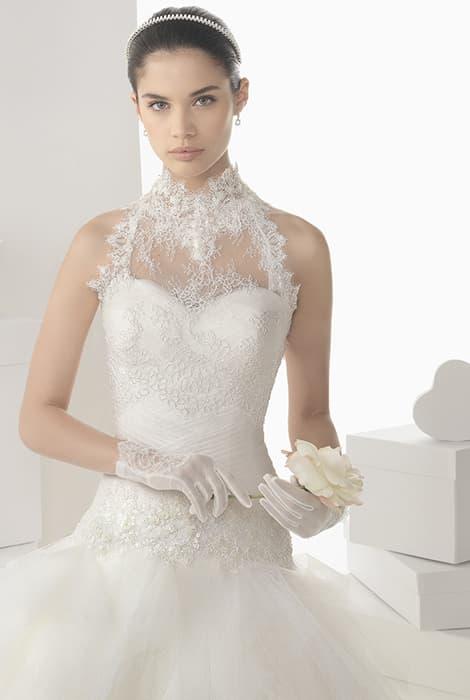 Vestido de novia con escote cuello de cisne by Rosa Clará