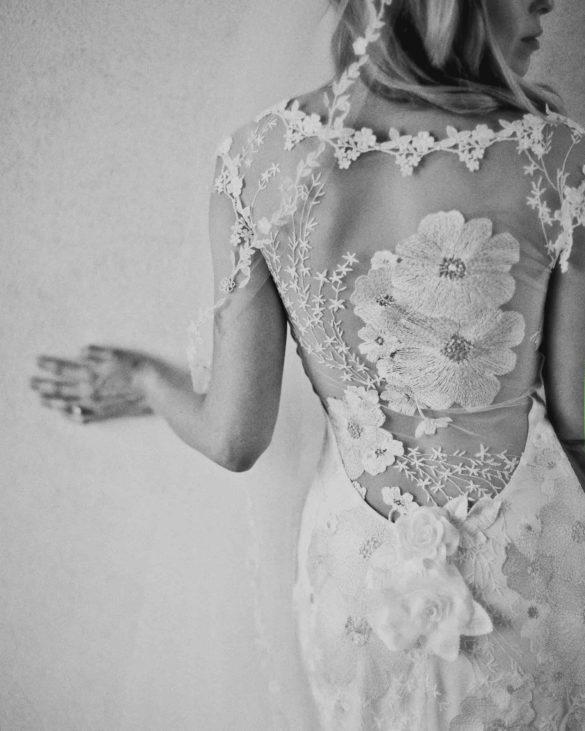 Vestido de novia con escote en la espalda bordado de Claire Pettibone