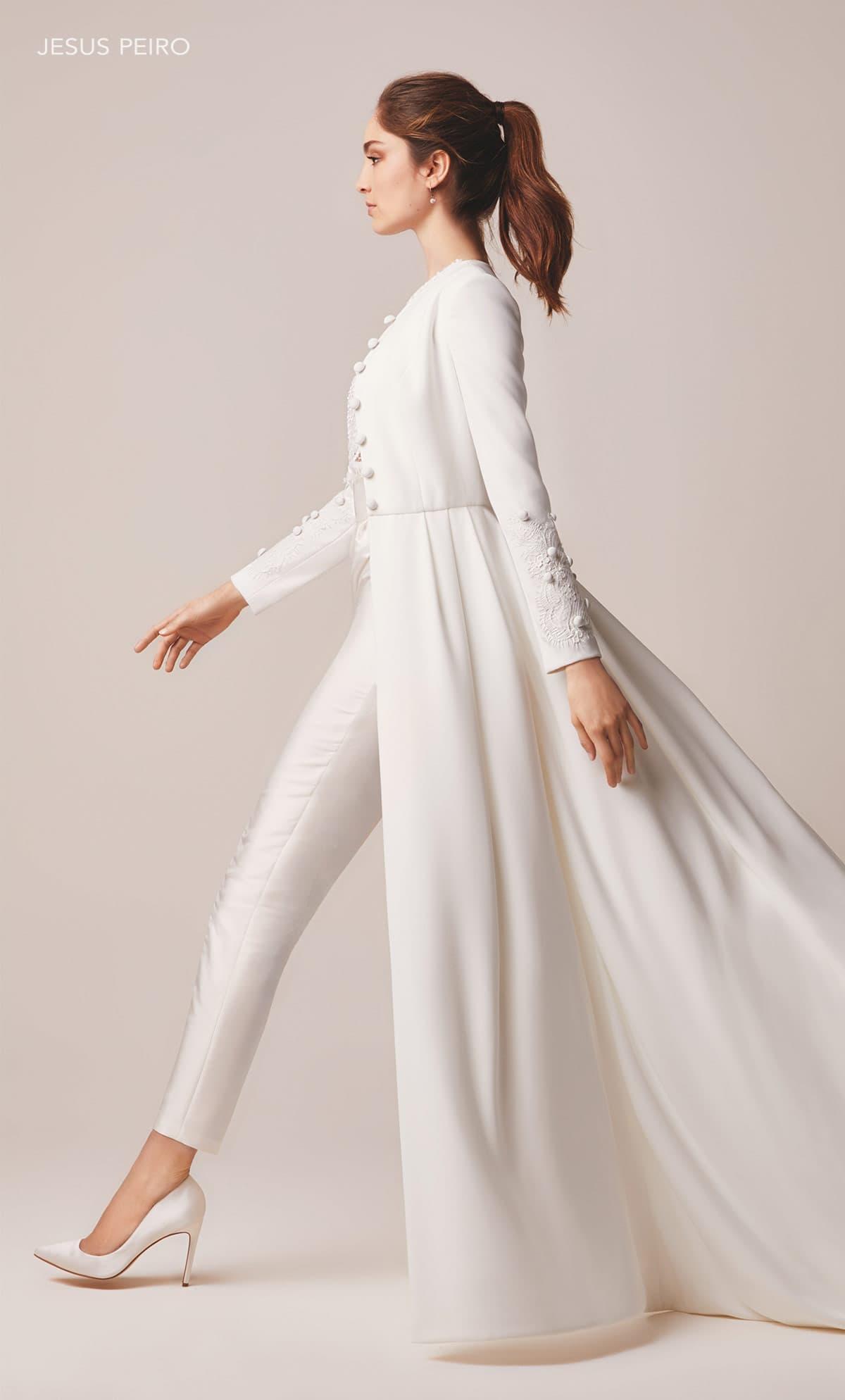 Novia con traje pantalón de Jesús Peiró