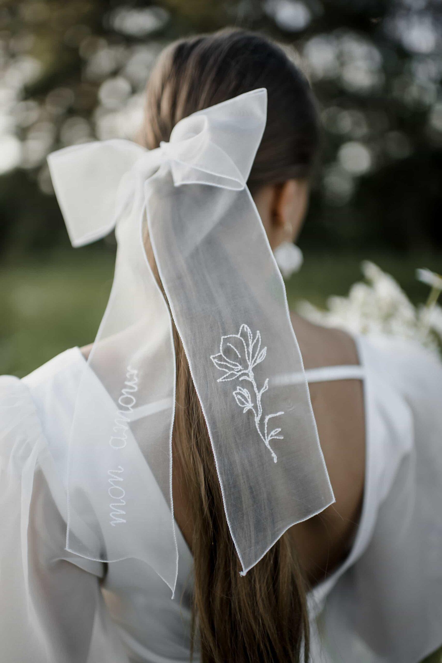 Peinado de novia con coleta y lazo de tul bordado