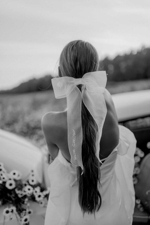 Boda campestre look para novia con coleta y lazo