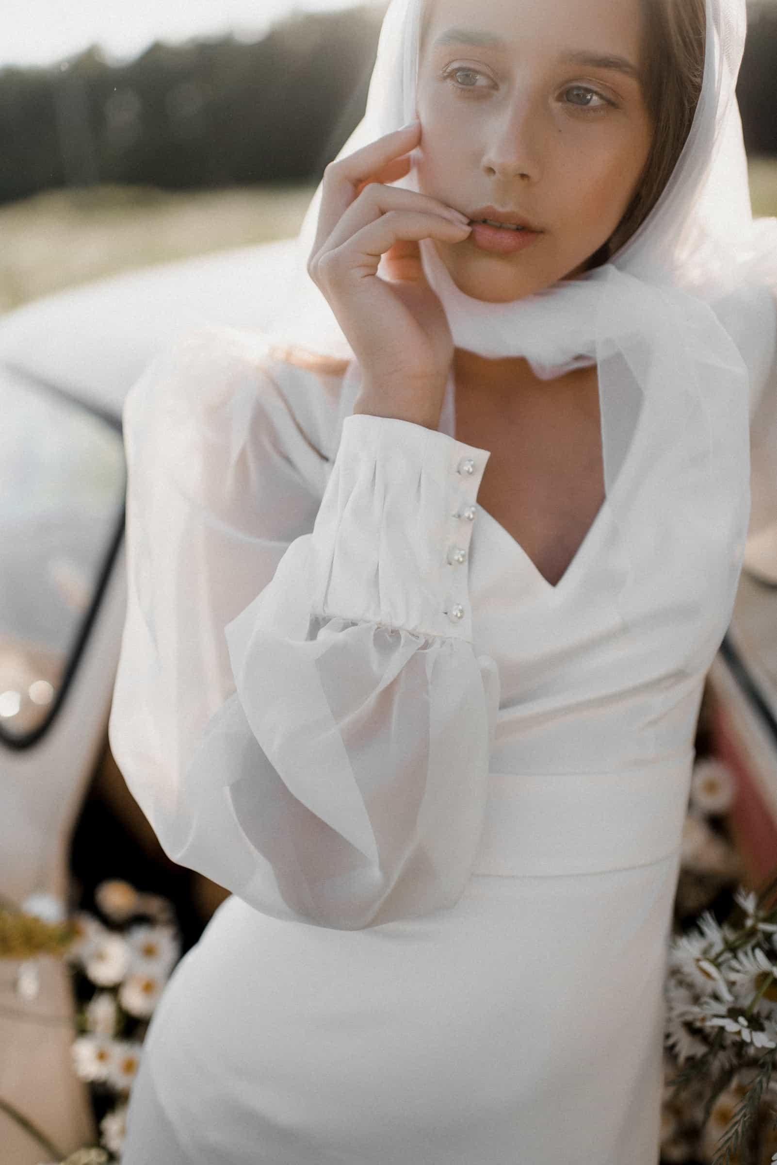 Vestido de novia con mangas abullonadas y botones perla