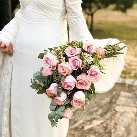 Ramo de novia con rosas en tamaño grande y tallo grande