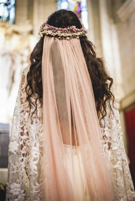 Tocado más velo de novia a color, originalidad