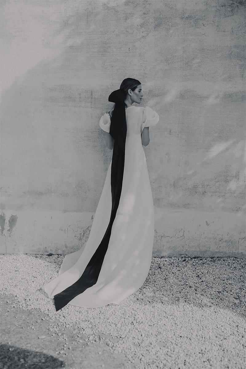 Novia con lazo en el pelo y vestido de Antonio García Estudio