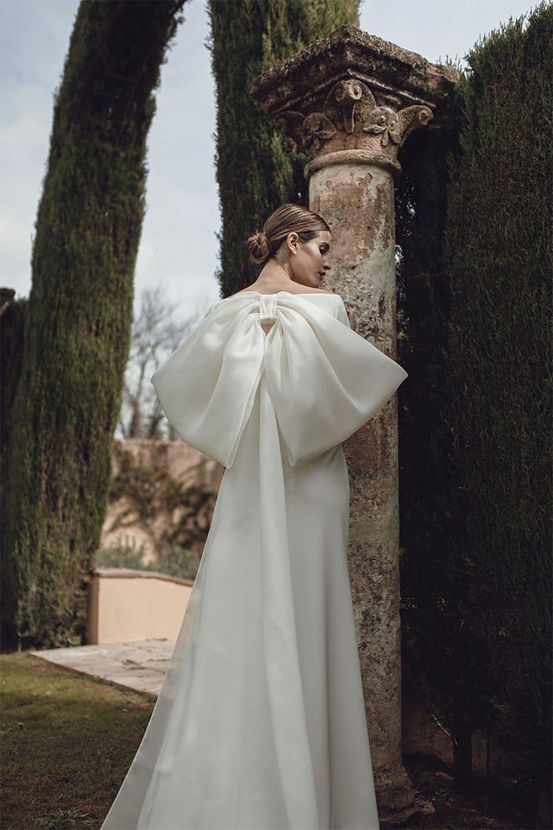 Novia con lazo en la espalda de su vestido