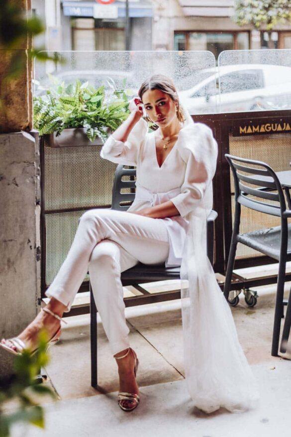 Novia con traje pantalón blanco