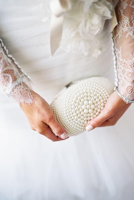 Novia con bolso de perlas
