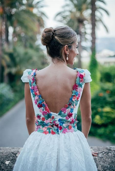 Vestido de novia con bordados de flores en la espalda