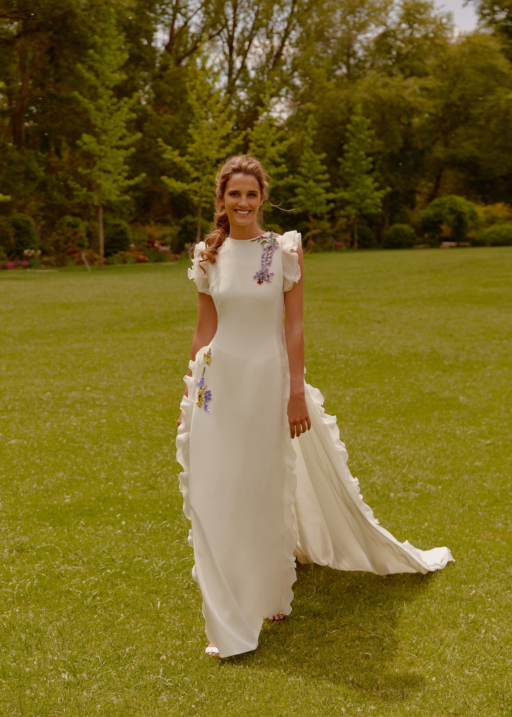 Vestido de novia bordado con flores de Oh que luna 2021