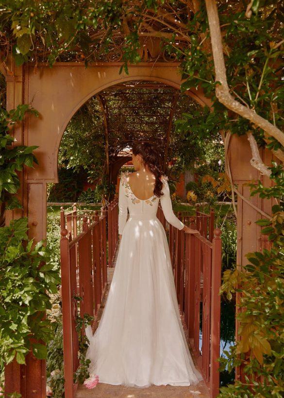 Vestido de novia bordado con flores de Oh qué luna 2021
