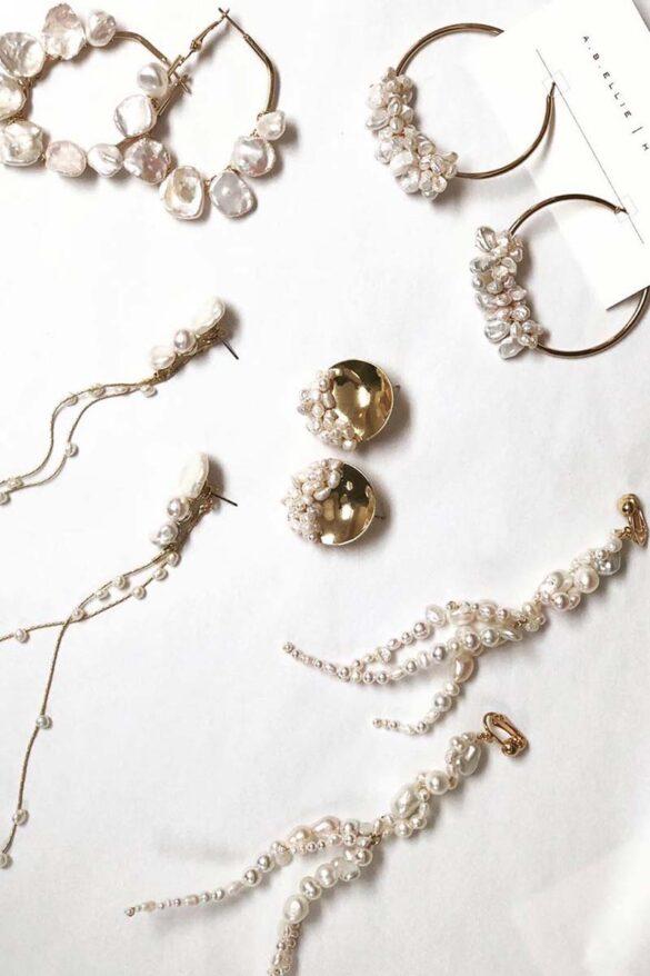 Pendientes con perlas para novias modernas de la firma A.B. Ellie