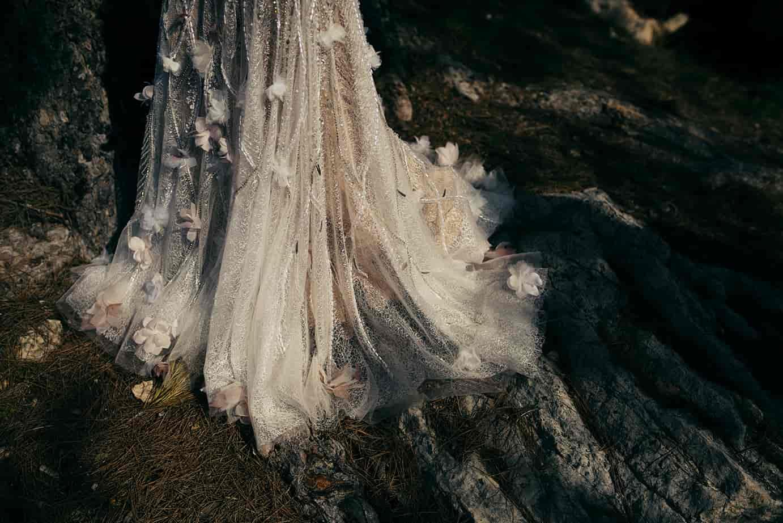 Cola de vestido de novia con aplicaciones de strass y flores
