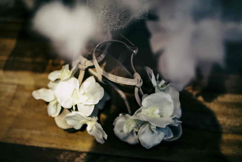 Zapatos de novia con aplicaciones de flores