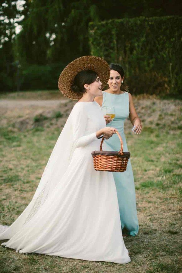 Una novia con pamela de rafia