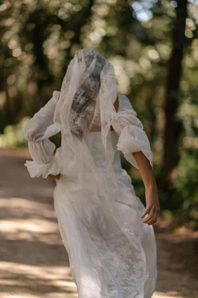 Vestido novia Marta Martí colección novia 2021 con velo bordado