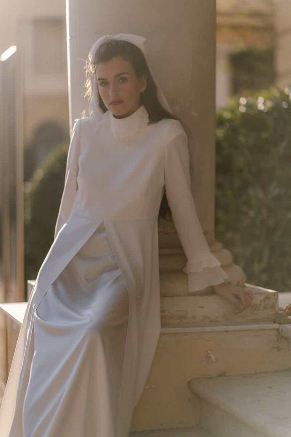 Abrigo de novia en crepé de Marta Martí