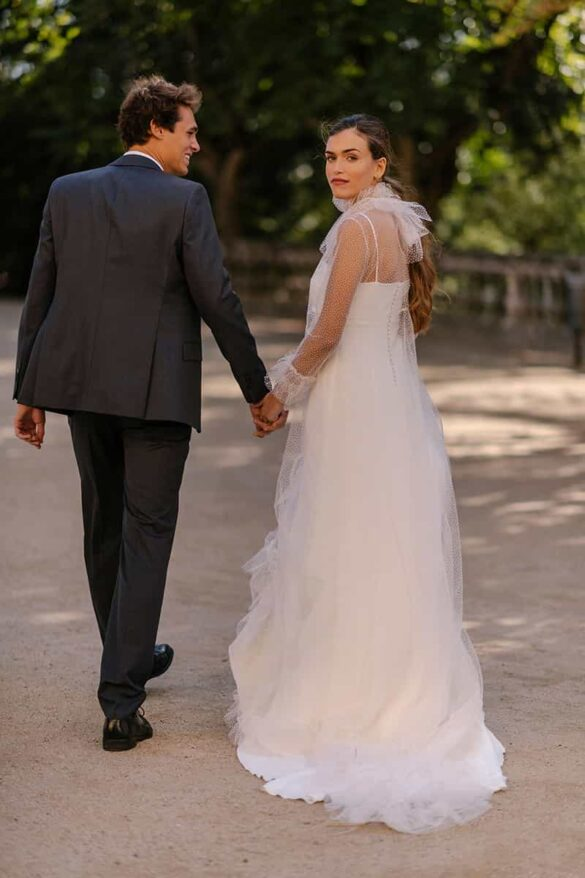 Abrigo de novia de plumeti con volantes de Marta Martí
